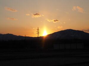 三角に見える夕日